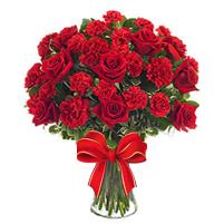 Buchet incitant din garoafe si trandafiri