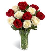 Buchet seducator de trandafiri albi si rosii