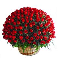 Cos gigant cu trandafiri rosii